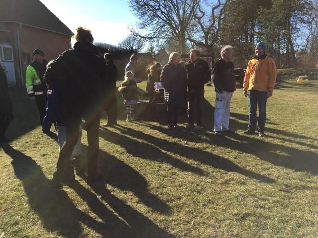 Vi venter på de sidste til indvielse af hønsegården på Anholt Skole